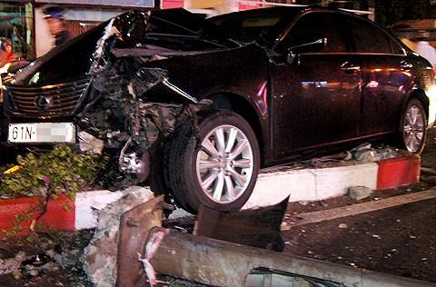 Đầu chiếc Lexus bị móp méo sau cú tông vào trụ đèn chiếu sáng. Ảnh: N.T