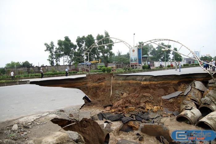 Hiện trường tan hoang vụ sụt lún, xẻ đôi đường Lê Văn Lương