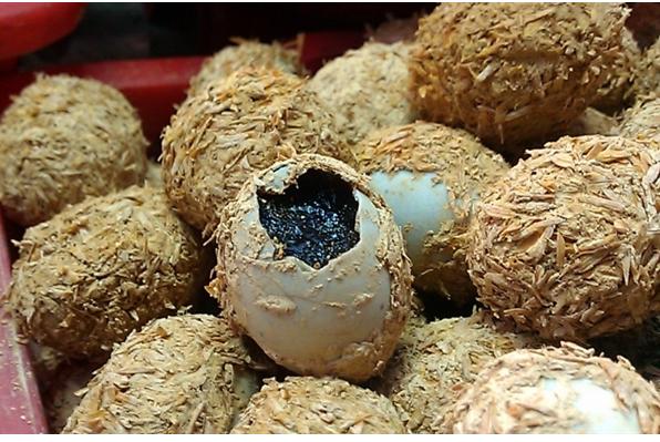 TP.HCM: Phát hiện hàng nghìn trứng vịt ngâm hóa chất độc hại