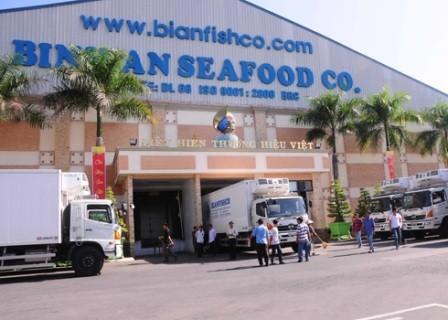 Bầu Hiển miễn nhiệm chính mình, sa thải 30 bảo vệ Binhanfishco