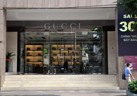 Cận cảnh cửa hàng Gucci - Milano bị niêm phong vì hàng lậu