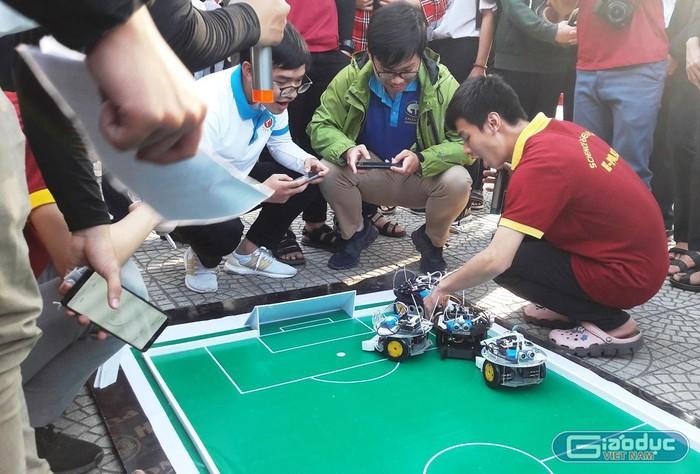 """Chùm ảnh: Độc đáo sản phẩm công nghệ """"made by học sinh, sinh viên"""""""