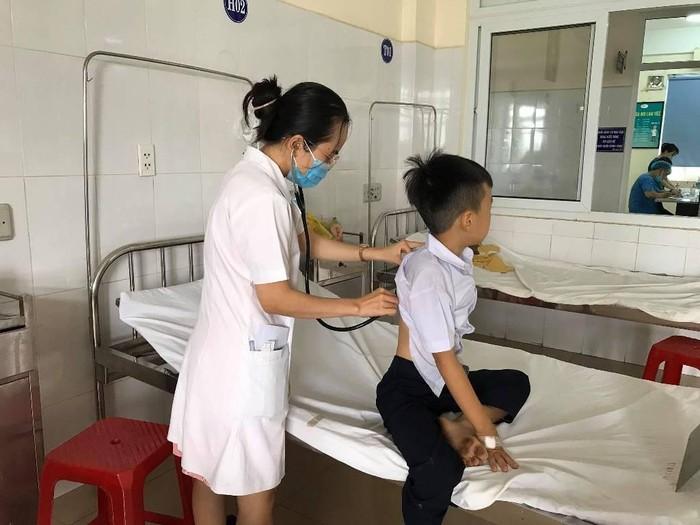 Nhiều học sinh tiểu học nhập viện vì ngộ độc nghi do chơi đồ chơi slime