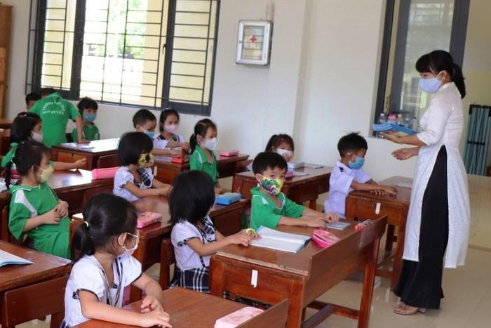 Hàng trăm học sinh từ các tỉnh về Quảng Nam tránh dịch, các em học tập ra sao?