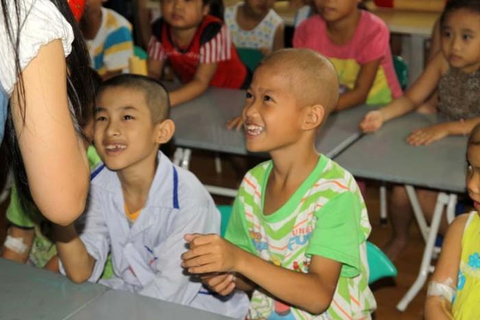 Nụ cười giòn tan của bệnh nhi ung thư máu ở Lớp học Nhân ái