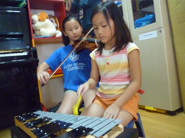 Hai thiên thần nhỏ nhà GS. Ngô Bảo Châu khuấy động Lớp học Nhân ái