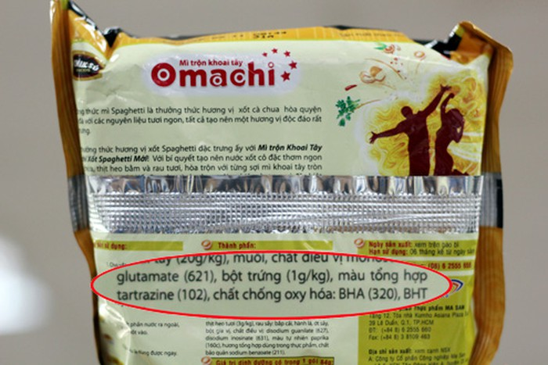 Sảm phẩm mì Omachi của Masan có chứa E102, trong khi mì Tiến Vua giá bình dân hơn lại quảng cáo là không có
