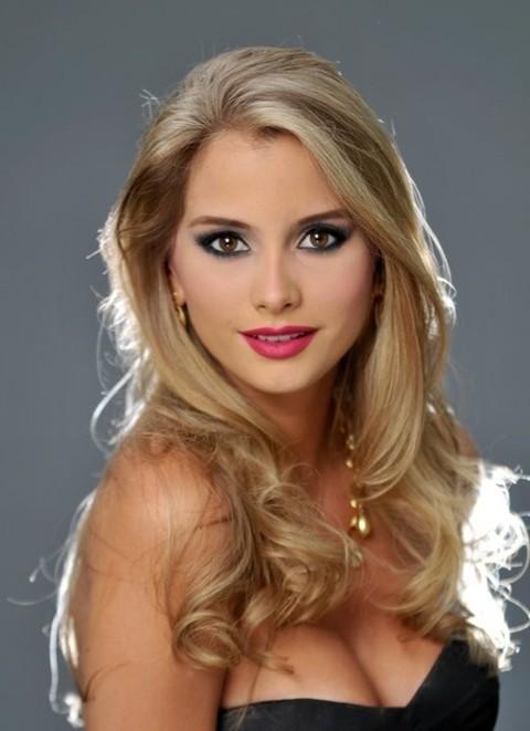 Maria sở hữu mài tóc vàng tự nhiên và đôi mắt màu nâu nhạt.