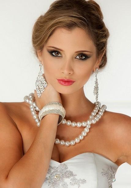 Hoa hậu Quốc tế 2011 đẹp rực rỡ với trang sức sang trọng.