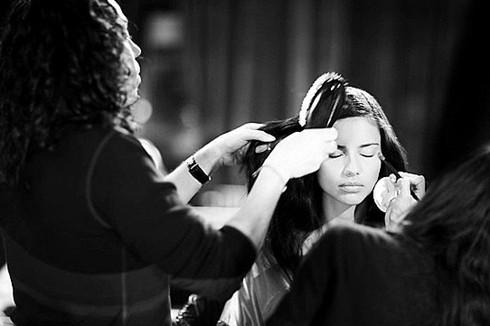Lima trang điểm và làm tóc trong hậu trường buổi diễn Victoria's Secret năm nay. Hình ảnh được đăng trên Twitter của hãng thời trang này.