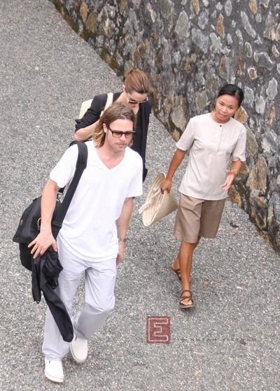 Brad Pitt và Angelina Jolie nhờ một nhân viên của khu resort Six Senses đi theo hướng dẫn trong chuyến đi thăm Chuồng cọp chiều 13/11. Ảnh: Quốc Huy.