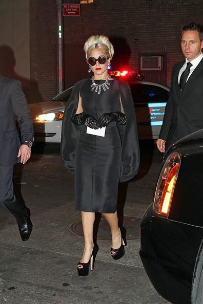 Hôm 20/10, Lady Gaga tới dự một bữa tiệc từ thiện với chiếc váy theo phong cách quý bà cổ điển: váy lụa đen có áo choàng, đeo găng tay, vòng cổ và hoa tai bằng kim cương.