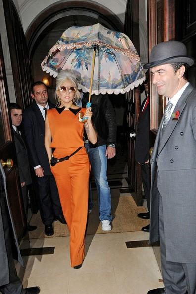 Đến hôm 4/11, nữ ca sĩ trở nên tươi trẻ hơn với bộ quần áo màu cam thời trang, phụ kiện đi kèm là chiếc ô có hình vẽ lạ mắt.