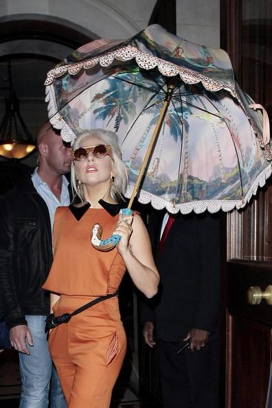 Bước ra khỏi khách sạn ở London trong vòng vây của thợ săn ảnh, cô nán lại tạo dáng thật điệu.