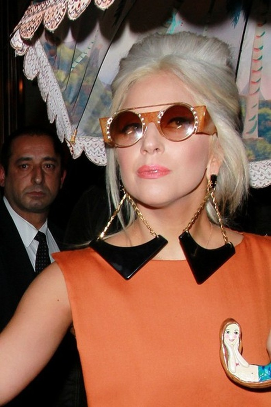 Cán chiếc ô có vẽ hình nàng tiên cá, là một nhân vật ưa thích của Gaga.