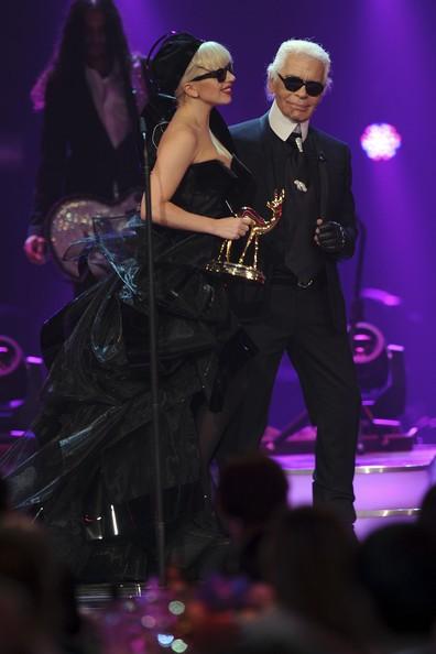 Hôm 10/11, Gaga đến dự giải thưởng truyền thông Bambi Awards ở Đức. Cô nhận giải Ngôi sao đại chúng quốc tế từ tay nhà thiết kế thời trang nổi tiếng Karl Lagerfeld.