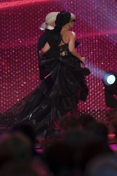 Nữ ca sĩ chọn bộ váy rườm rà màu đen để xuất hiện trên sân khấu.