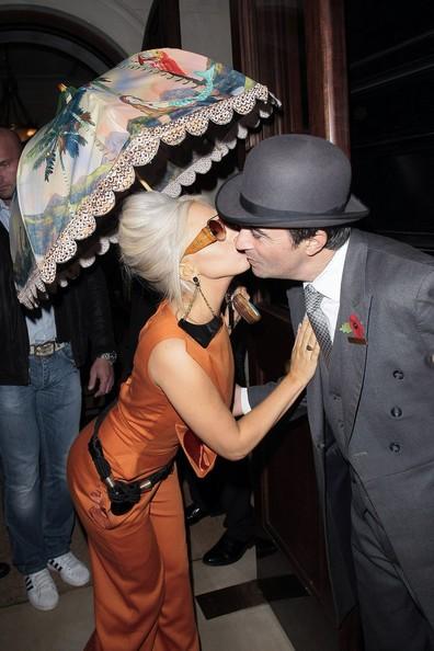 Bộ đồ bắt mắt khiến Gaga có cảm hứng vui đùa, cô tán tỉnh người gác cửa khách sạn và còn đặt lên má ông một nụ hôn.