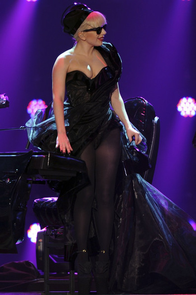 Bộ váy dạ hội xẻ ở phía trước, bên trong Gaga đi tất chân màu đen mỏng.