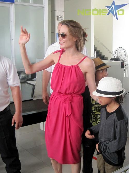 Không có Brad Pitt tháp tùng, Jolie rời Côn Đảo cùng các con và các trợ lý, vệ sĩ.