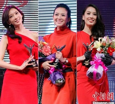 Ba người đẹp gốc Hoa rực rỡ với váy đỏ tại lễ trao giải (từ trái sang): Lâm Chí Linh, Chương Tử Di, Huỳnh Thánh Y.