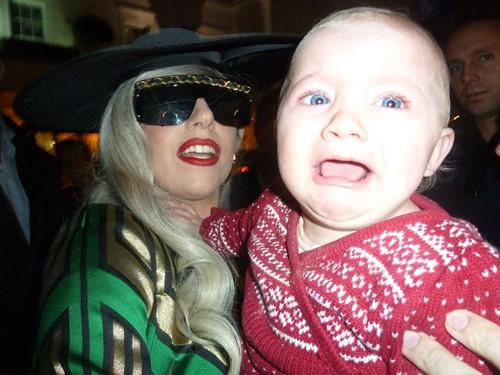 Nhưng bé Loissa òa khóc vì sợ hãi và quay đi tìm bố mẹ, còn Lady Gaga thì bất ngờ trước phản ứng này của bé.