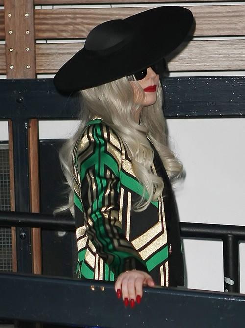 Cô ca sĩ đã bớt 'quái chiêu' hơn khi thường xuyên lựa chọn các trang phục dịu dàng, mềm mại.