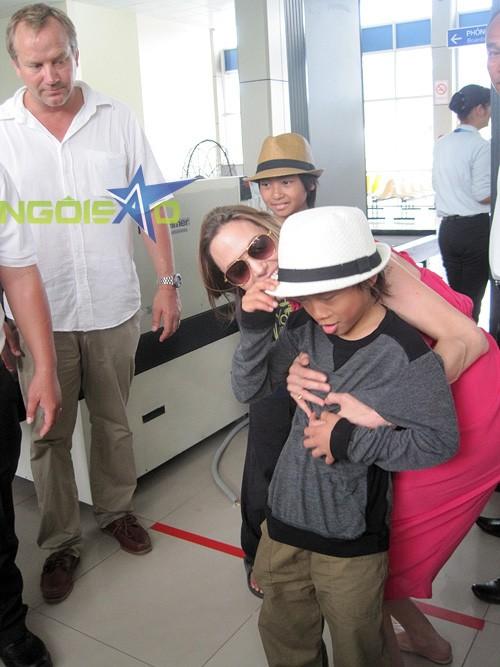 Angelina Jolie dành nhiều ưu ái cho Pax Thiên trong chuyến trở về Việt Nam.