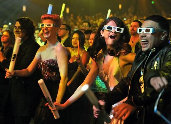 Đêm trao giải kết thúc trong vũ điệu rộn ràng của các nghệ sĩ. Katy Perry được trao giải thưởng đặc biệt. Jennifer Lopez được chọn là nghệ sĩ Latin xuất sắc còn Nghệ sĩ đương đại được yêu thích thuộc về ca sĩ Adele.