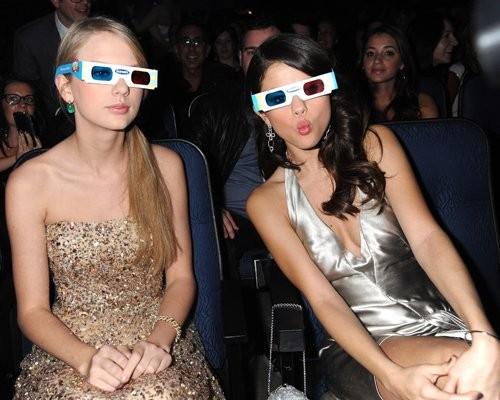 Taylor và Selena nhí nhảnh với kính 3D.
