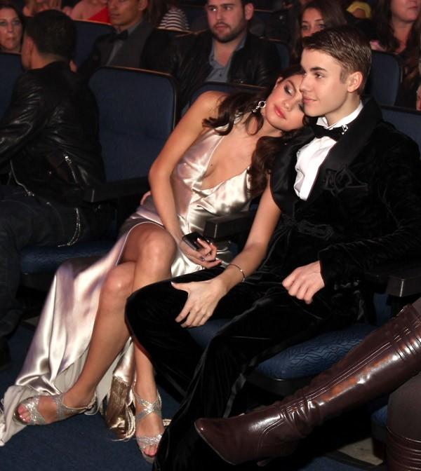 Selena Gomez và Justin Bieber tình cảm ở phía dưới sân khấu của AMAs.