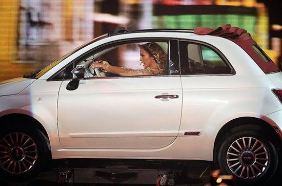 Jennifer Lopez phi ô tô ầm ầm trên sân khấu biểu diễn.