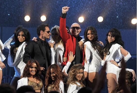 Marc Anthony 'vui vầy' với các vũ công trong khi Jennifer Lopez đang ngồi xem ở phía dưới.