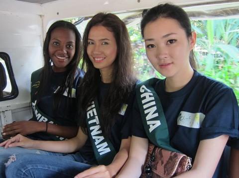 Ngay từ sáng sớm, Phan Thị Mơ (giữa) cùng các người đẹp đến khu rừng bảo tồn quốc gia của Philippines để tham quan.