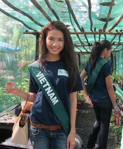 Phan Thị Mơ vào thăm khu vườn ươm mầm cây trong khu bảo tồn.