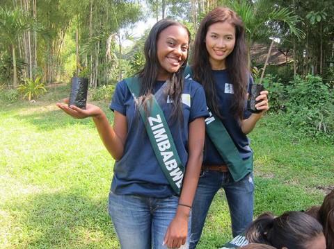 """Mỗi người đẹp tự tay trồng một cây xanh như một hình thức cho khẩu hiệu """"Nhìn vào chúng tôi, và ngăn chặn ô nhiễm""""."""