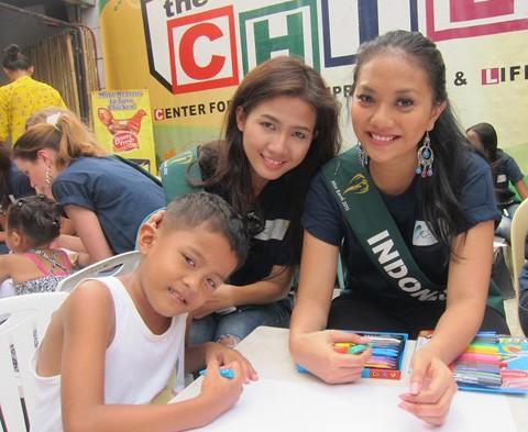 """Họ còn đến thăm các trường học nhằm nâng cao nhận thức về môi trường và giáo dục cùng trẻ em. Họ tham gia vẽ tranh cùng các em nhỏ với chủ đề """"xanh, sạch, đẹp""""."""