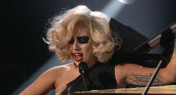 Ca khúc tiếp theo, Lady Gaga lại hóa trang theo phong cách Marilyn Monroe.