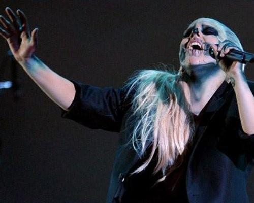 Lady Gaga làm nóng sân khấu bằng phong cách dữ dội như thường thấy.