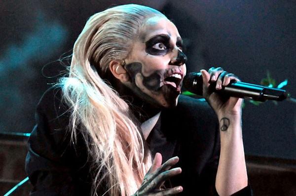 Lady Gaga hóa trang thành quỷ, biểu diễn mở màn đêm công bố đề cử bằng ca khúc nổi tiếng của mình, 'Marry The Night'.