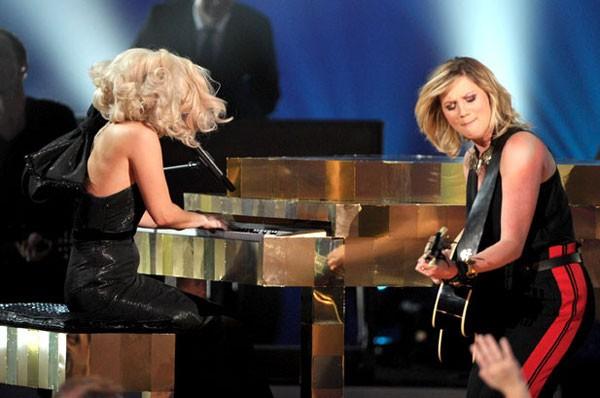 Cô biểu diễn bên cạnh Jennifer Nettles.