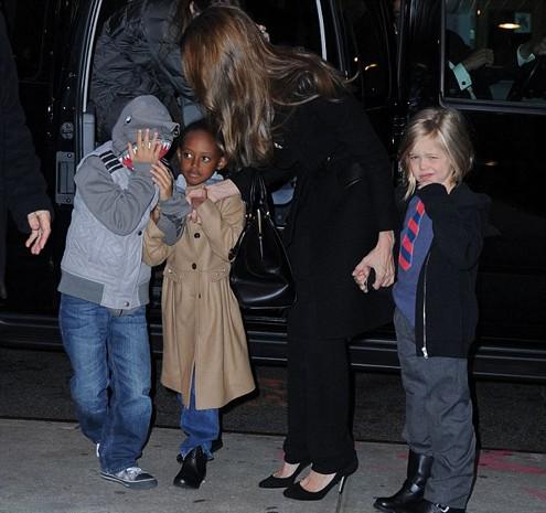 Tối 3/12, Angelina Jolie dẫn 3 con Pax Thien, Zahara và Shiloh đi xem phim ở New York.