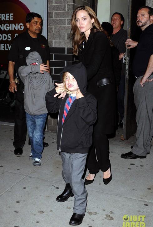 Cuộc sống của những người nổi tiếng đã tạo ra khá nhiều áp lực cho những đứa con nhà Jolie-Pitt.