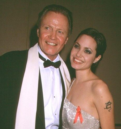 Jolie và bố, Jon Voight có nhiều mâu thuẫn trong quá khứ.