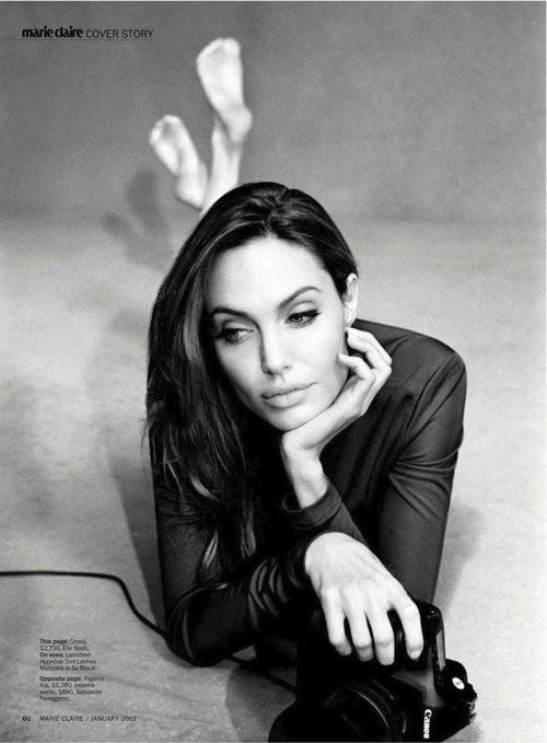 Trên tờ Marie Claire, Angelina Jolie còn chia sẻ về cuộc sống riêng với Brad Pitt, về việc làm đám cưới và những bất ngờ khi sinh hai bé Knox và Vivienne.