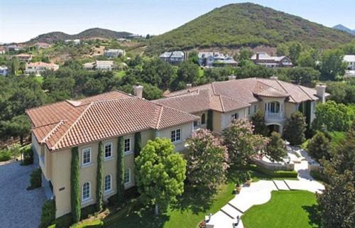 Sau khi kết thúc tour diễn của mình, Britney Spears dọn đến ở ngôi biệt thự sang trọng, nằm trong Hidden Hills, California.