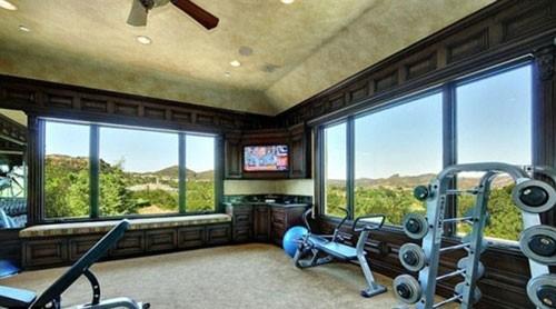 Phòng tập thể dục với cửa sổ cỡ lớn, giúp Britney vừa tập luyện giữ dáng vừa ngắm được cảnh vật bên ngoài.
