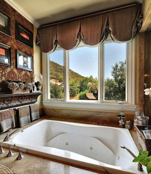 Phòng tắm xa hoa với khung cảnh tuyệt đẹp bên ngoài.