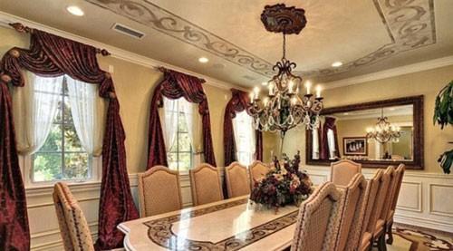 Phòng ăn rộng hơn dùng cho những bữa tiệc quan trọng.
