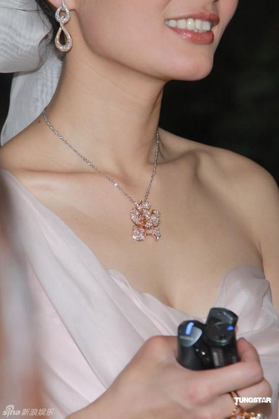 """Lữ Tuệ Nghi """"khoe khéo"""" bộ trang sức kim cương mà chú rể tặng cô."""